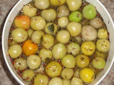 соленые помидоры в кастрюле как бочковые