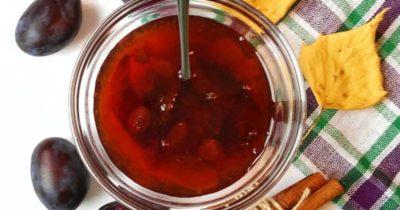варенье из черноплодной рябины с вишневыми листьями