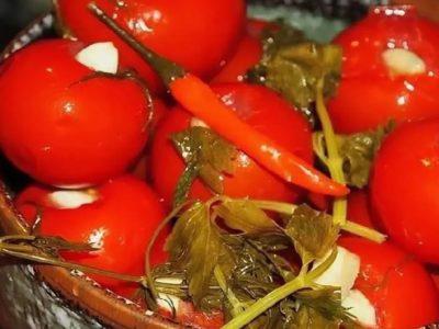 солить помидоры на зиму в банках с чесноком