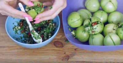 зеленые помидоры с чесноком соленые